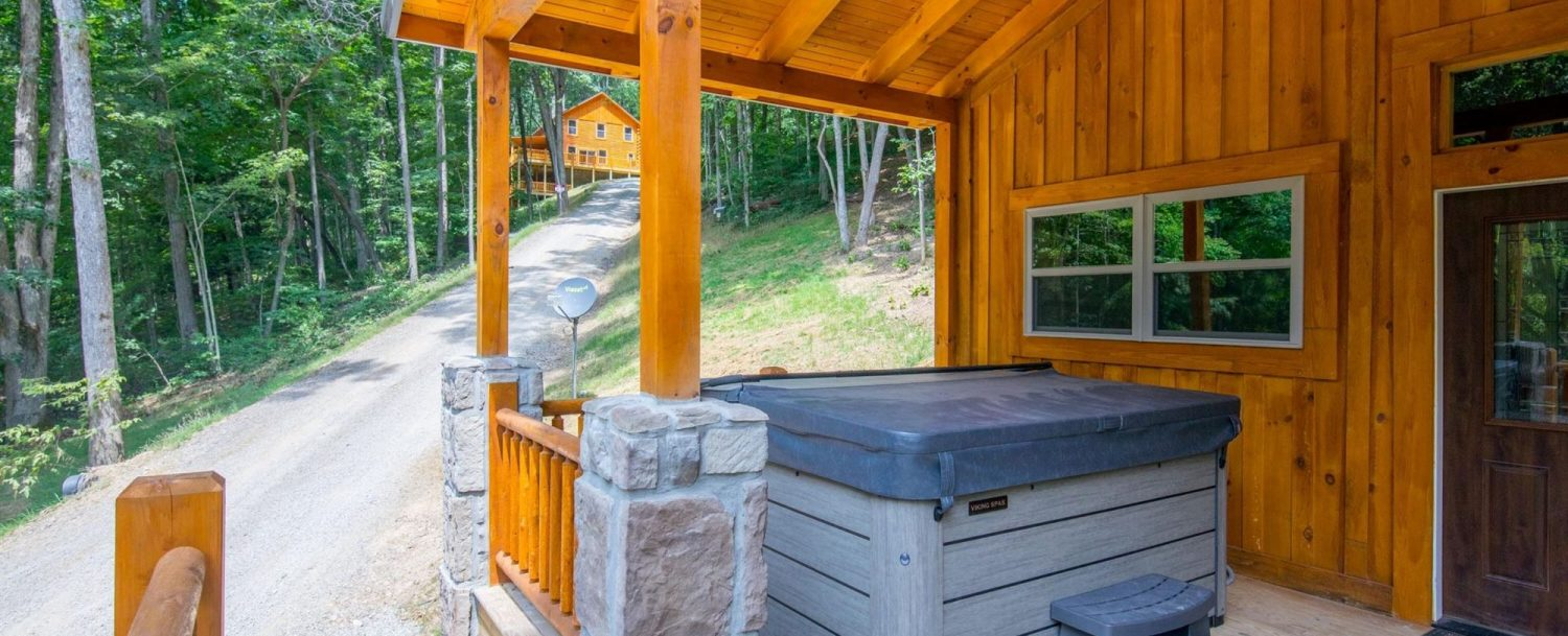 Ash Cave Cabin - Porch with Hot Tub