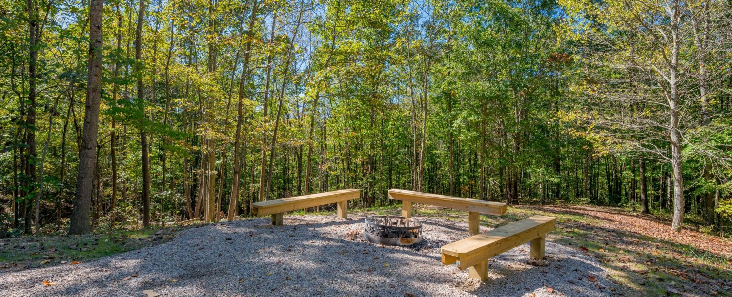 Hidden Creek Lodge - Firepit with benches on property
