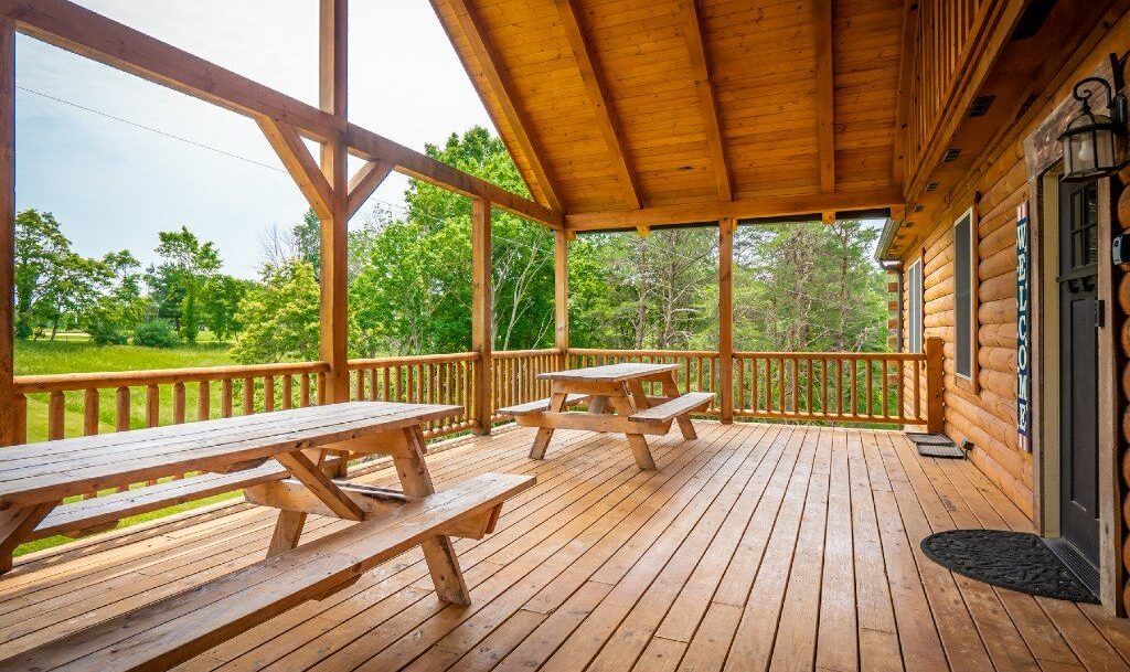 Liberty Lodge - Screened in Porch with Two Picnic Tables